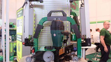 Posuvný ručně vedený vozík s pneumatickou sponkovačkou pro poloautomatickou aplikaci průmyslových spojovačů vybavený párem teleskopických rukojetí. Foto: Radomír Čapka
