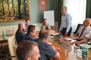 Pracovné stretnutie vedenia Drevárskej sekcie Zväzu spracovateľov dreva SR s vedením š.p. LESY SR, ktoré sa uskutočnilo 27. 7. 2020 v Banskej Bystrici. Foto: PhDr. Peter Zemaník