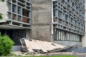 Havarovaný obklad na budove Technickej univerzity Zvolen. Foto: PhDr. Peter Zemaník