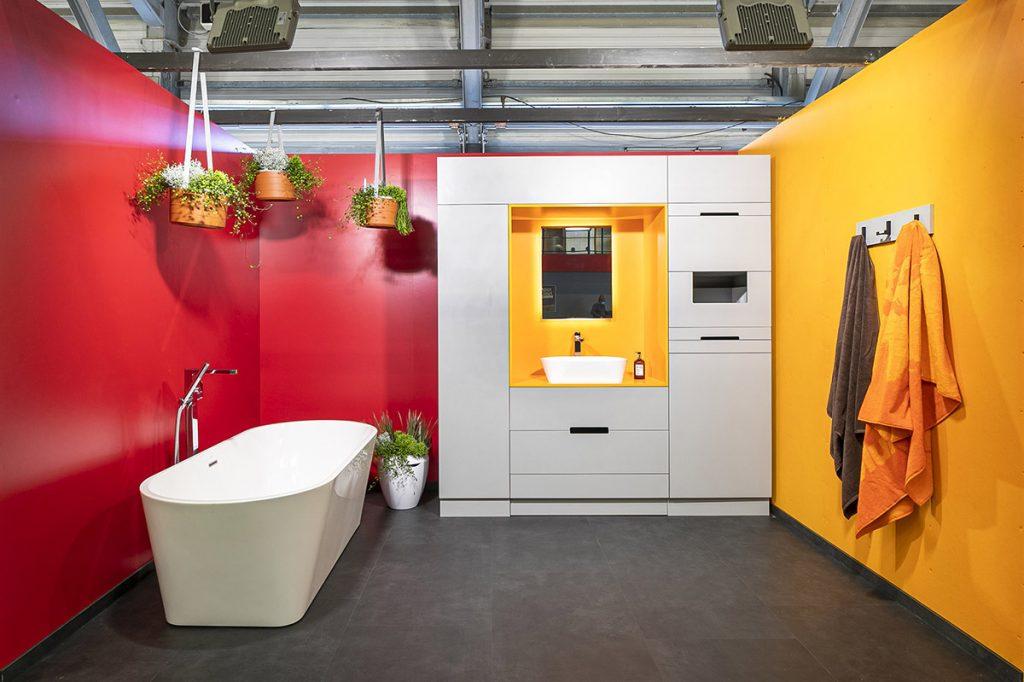 Inspirativní interiér koupelny se spoustou úložného prostoru