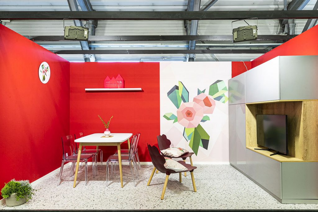 Společný interiér jídelny a obývací části opticky rozdělený vliesou tapetou